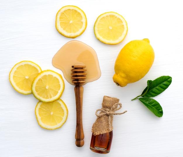 白い背景の上の蜂蜜とレモンの上面図