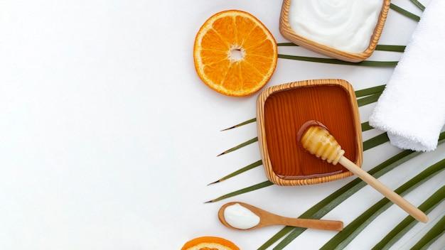 Вид сверху ломтик меда и апельсина с копией пространства