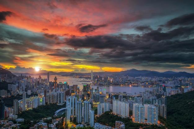 Вид сверху на город гонконг на фоне заката в китае