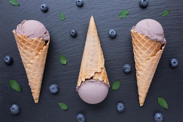 ブルーベリーとアイスクリームのトップビュー