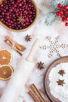 クリスマスクランベリーパイの材料の上面図。場所は垂直です。