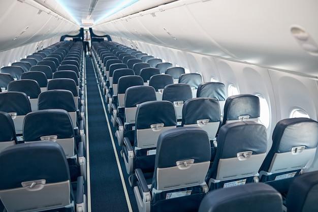 ボードに乗客がいない飛行機のキャビン内の上面図