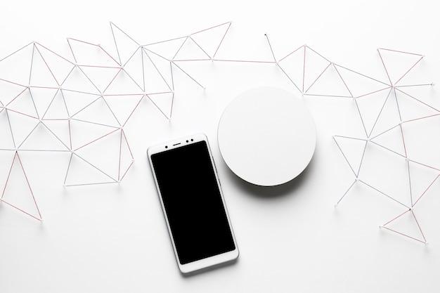 Вид сверху сети интернет-связи со смартфоном