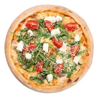 白い背景の上のイタリアンピザの上面図。チーズ、モッツァレラチーズ、トマト、ルッコラのおいしいピザ。