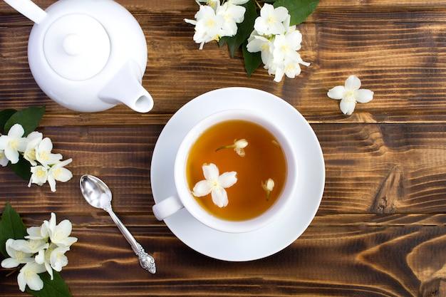 Вид сверху жасминового зеленого чая и чайник
