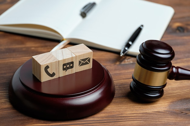 Вид сверху судья молоток и надпись на деревянных кубиков