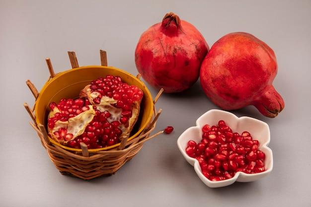 그릇에 석류 씨앗과 양동이에 달콤한 석류의 상위 뷰