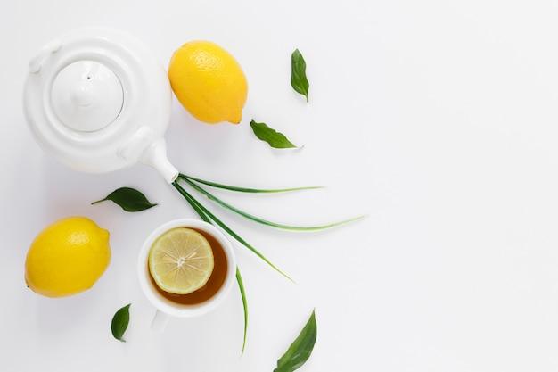 Вид сверху чайника и лимонов
