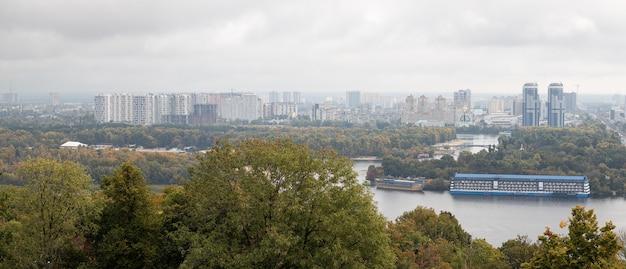 ペレモジー公園からのキエフの平面図。キエフの街とドニエプル川の眺め。川を渡る橋のある街のパノラマ