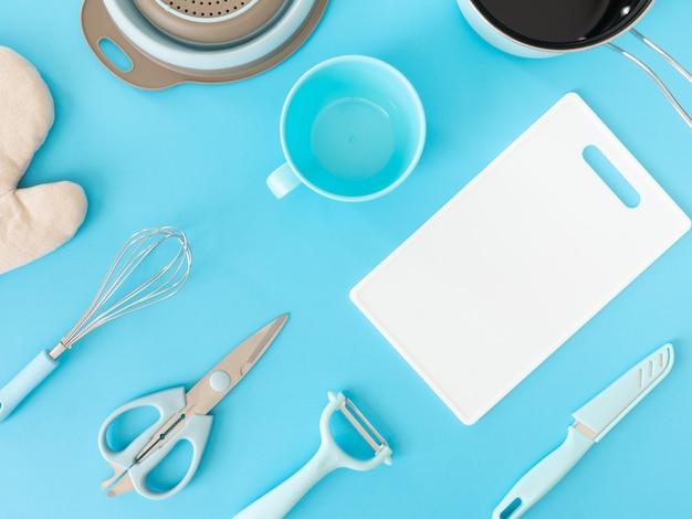 青いテーブル背景に台所用品とキッチンルームのコンセプトの平面図です。