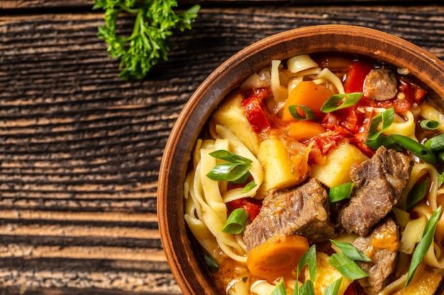 ラグマンまたはラグマンウズベク語と中央アジア料理のコンセプトの上面図