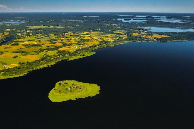 Вид сверху на озеро дривяты в национальном парке «браславские озера», самых красивых озерах беларуси.