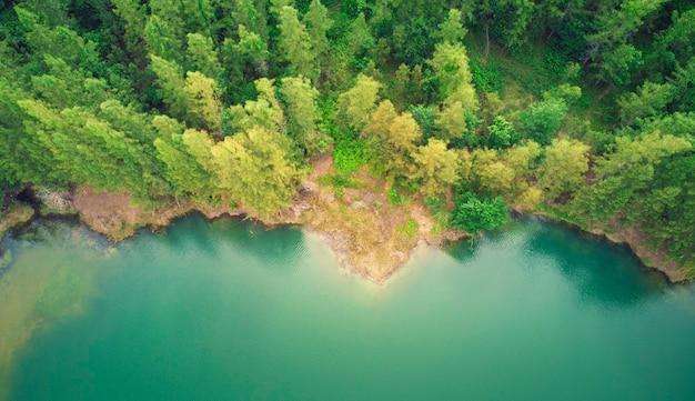 山々と松林に囲まれた湖の平面図。