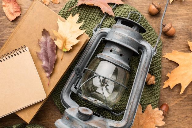 秋の紅葉とノートとランタンのトップビュー