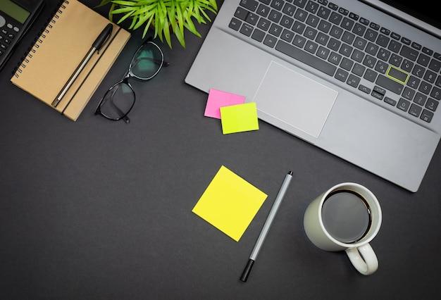 Вид сверху на очки для ноутбука и канцелярские принадлежности концепция рабочего пространства фрилансера с копией пространства