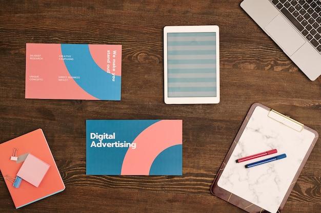 노트북 키패드, 스트라이프 패턴이있는 디지털 태블릿, 종이와 형광펜이있는 클립 보드 및 세미나를위한 기타 항목의 상위 뷰
