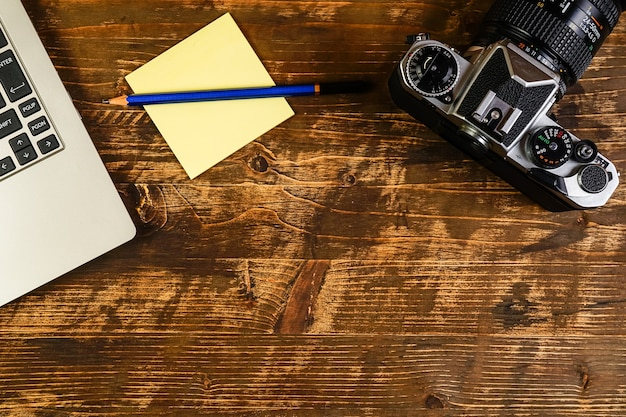 ノートパソコン、メモ、写真カメラの上面図。旅行計画の概念 Premium写真
