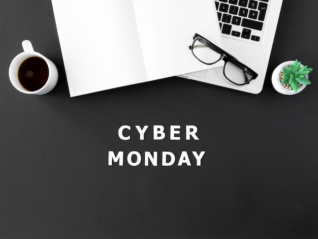 Вид сверху ноутбука с кофе и очками для кибер-понедельника