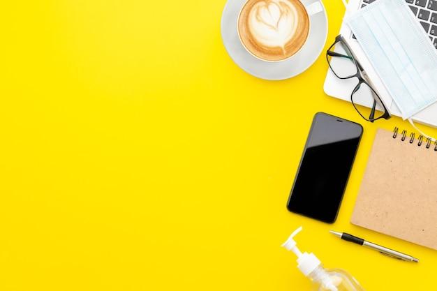 Вид сверху ноутбука со смартфоном и чашкой кофе