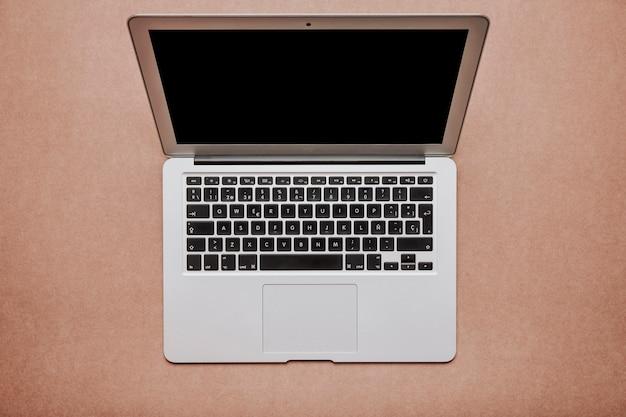 Вид сверху на ноутбук