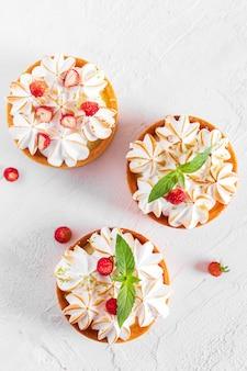 白いテーブルの上のレモンケーキの上面図