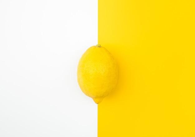 色の背景にレモンの上面図。