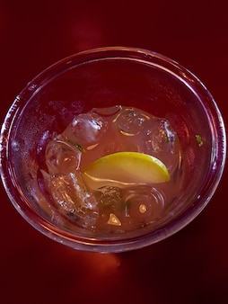 얼음과 레모네이드의 상위 뷰입니다. 여름을 위한 상큼한 음료