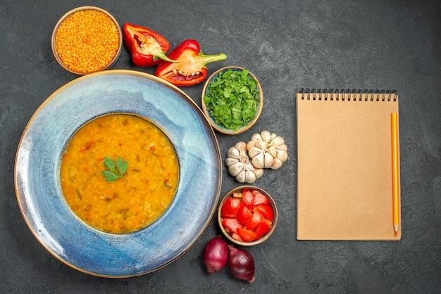 Вид сверху на суп из чечевицы, травы из чечевицы, красочные овощи, суп из чечевицы, блокнот, карандаш