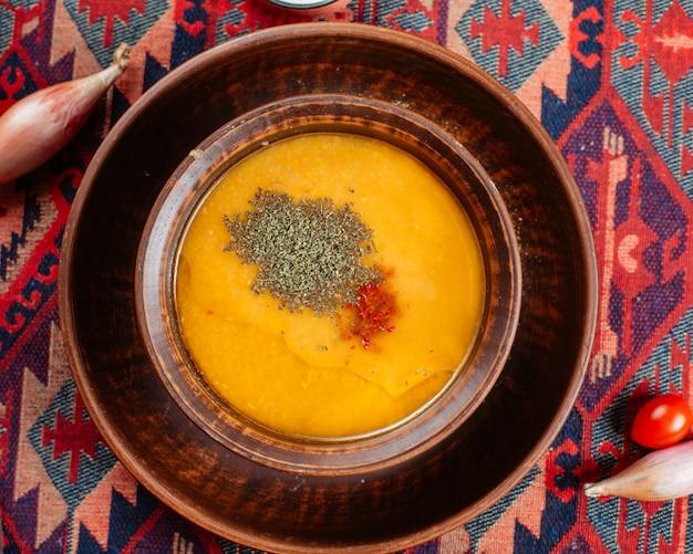 伝統的な設定で木製ボウルでレンズ豆のスープのトップビュー