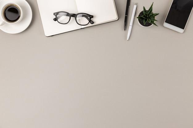 공급 테두리 평면 누워 밝은 회색 현대 사무실 책상의 상위 뷰