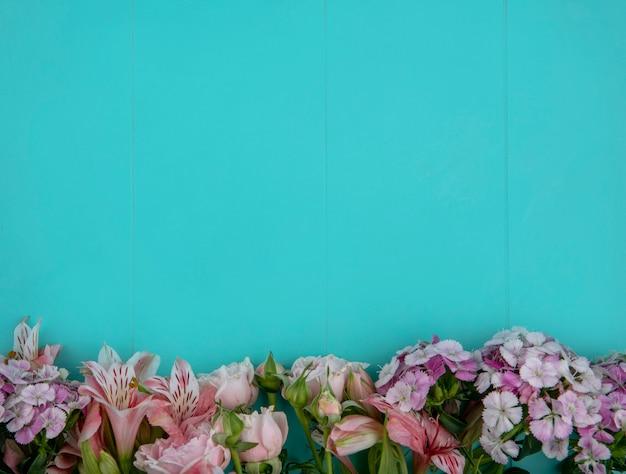 밝은 파란색 표면에 밝은 분홍색 꽃의 상위 뷰