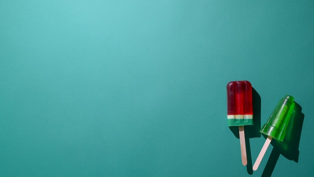 Вид сверху лайма и арбуза аромата аромата и копией пространства на зеленом фоне