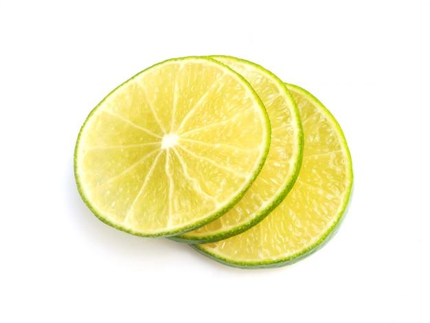 Вид сверху ломтика цитрусовых лимона лайма, изолированные на белом пространстве.