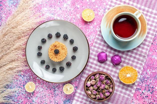 ピンクの表面にベリーとお茶の小さなケーキの上面図