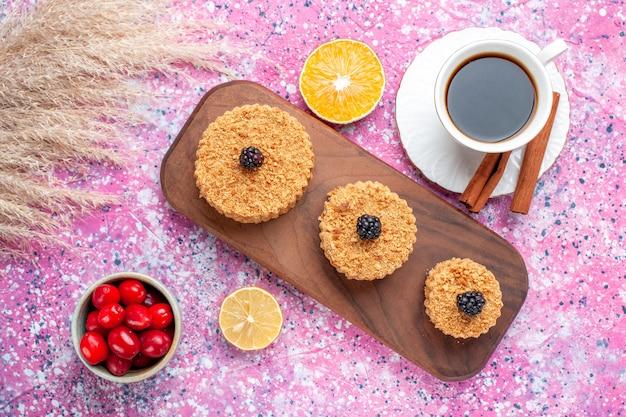 淡いピンクの表面にシナモンとお茶で形成された丸い小さなおいしいケーキの上面図