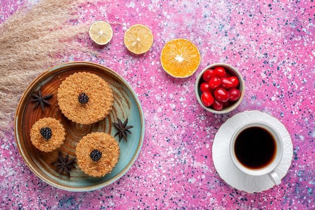 淡いピンクの表面にハナミズキとお茶が入った小さなおいしいケーキの上面図
