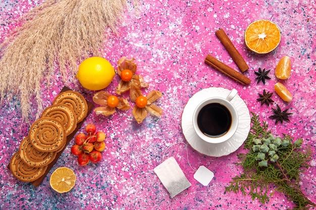 분홍색 표면에 레몬 계피와 차 작은 맛있는 쿠키의 상위 뷰
