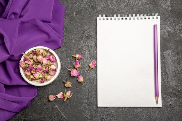 회색에 보라색 조직으로 작은 보라색 꽃의 상위 뷰