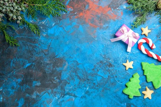 青い表面の小さな木の図の上面図