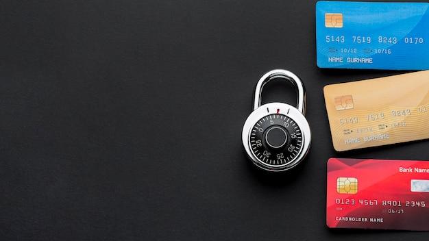 Вид сверху замка с кредитными картами и копией пространства