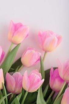 愛するピンクのチューリップの背景の上面図