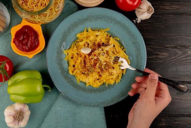 Вид сверху макаронных макарон в тарелке