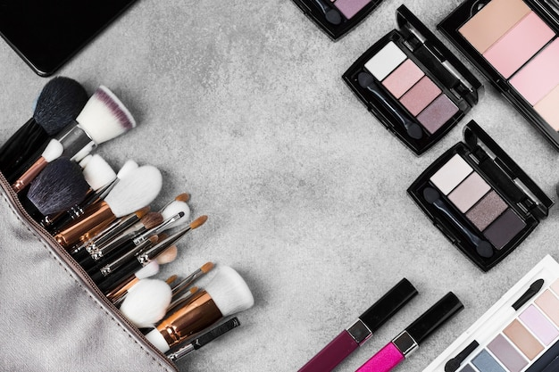 Вид сверху на макияж на столе концепции