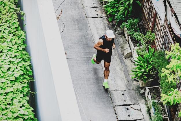 Вид сверху человека, бегущего в переулке