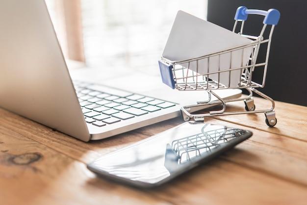 Вид сверху человека с помощью кредитной карты для покупок в интернете