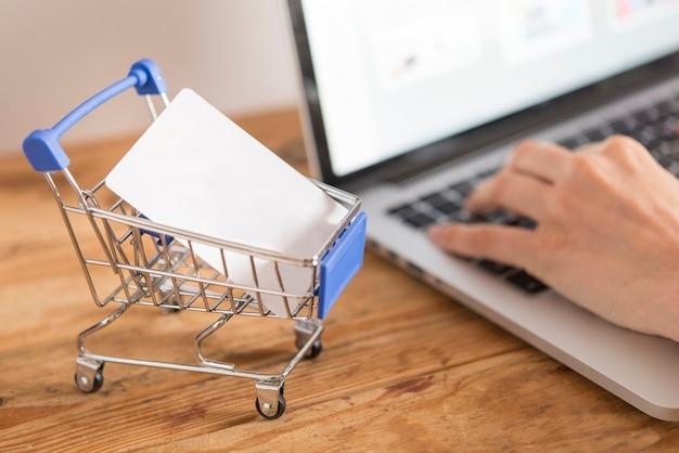 オンラインショッピングにクレジットカードを使用して男の上面図