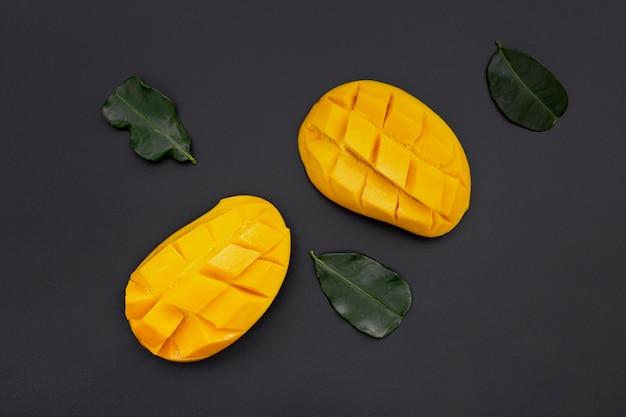 Вид сверху ломтиками манго с листьями
