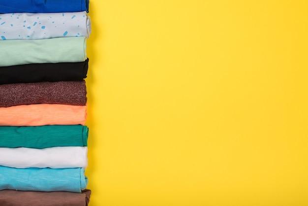 Вид сверху на свернутую красочную одежду, плоскую планировку