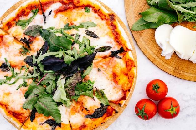 Вид сверху пиццы маргариты с ракеткой