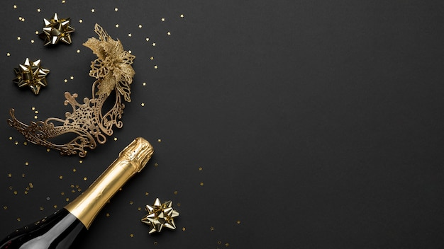 シャンパンボトルとコピースペースとカーニバルのマスクの上面図
